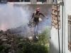 fumigador-entre-los-escombros