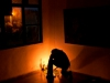 001 Visitante orando en la esquina de la ofrenda