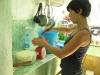 Elaboración de jabón artesanal, después de rayar el Jabón Marsella, Sandra lo pesa, lo coloca en el recipiente de cristal y agrega el líquido. En algunos casos agua, para los jabones de manzanilla y tilo, la infusión. Para el jabón de café con menta, café. Y pone el recipiente a baño maría.