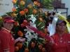 0025 Ofrenda floral ante un busto de Bolívar.