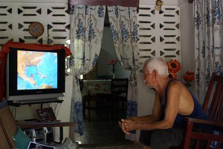 Mirando las noticias desde La Habana.  Photo: Caridad