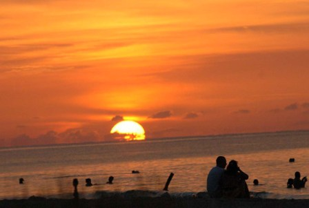 Havana beach sunset.  Photo: Caridad
