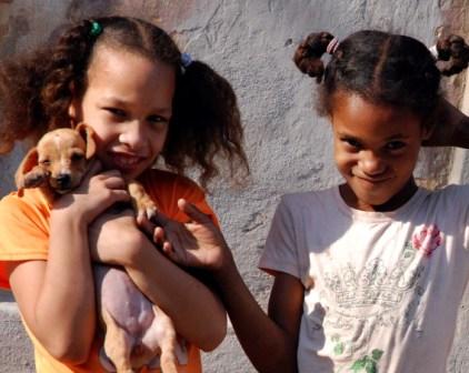 Niñas cubanas y sus perros.  Foto: Caridad