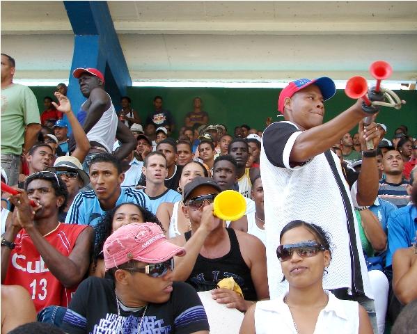 Fanáticos en el estadio de Guantánamo.