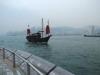 un-antiquisimo-sampan-navega-en-la-bahia-de-hong-kong
