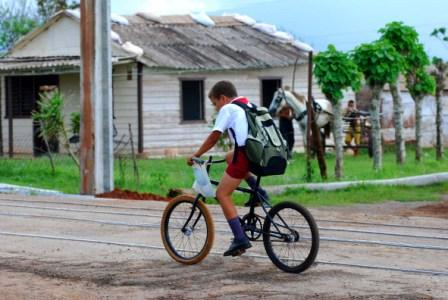 A la escuela en bicicleta.  Foto: Caridad