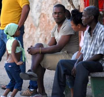 Many Cubans are waiting.  Photo: Caridad
