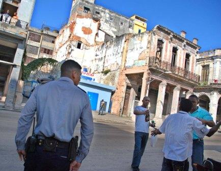 Havana is collapsing and many just go on singing.  Photo: Caridad