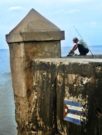 Pescando por el malecon habanera.  Foto: Caridad