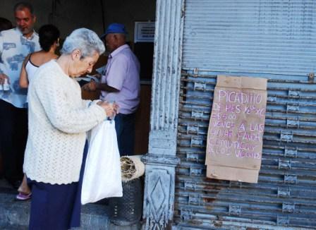 ¿Qué se harán las familias de bajos ingresos y muchas de las personas de la tercera edad, si se concretase la medida.   Foto: Caridad