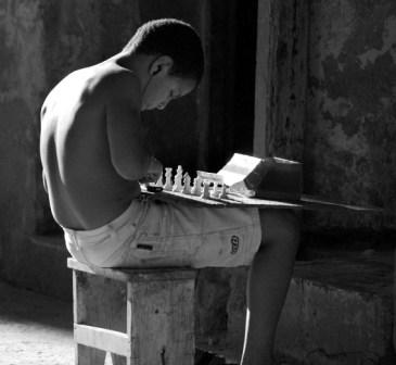 Jugando ajedrez.  Foto: Caridad
