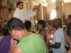 sacerdote-rociando-con-agua-bendita-un-grupo-de-fieles