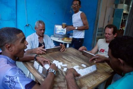 Jugando domino en La Habana.  Foto: Caridad