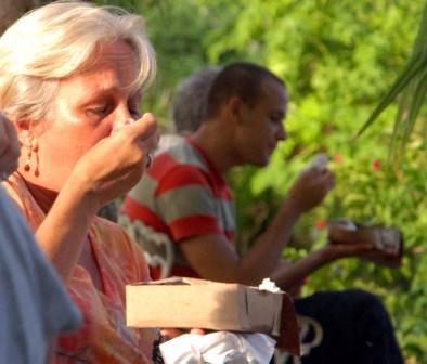 Las amistades disfrutando la celebración.  Foto: Caridad
