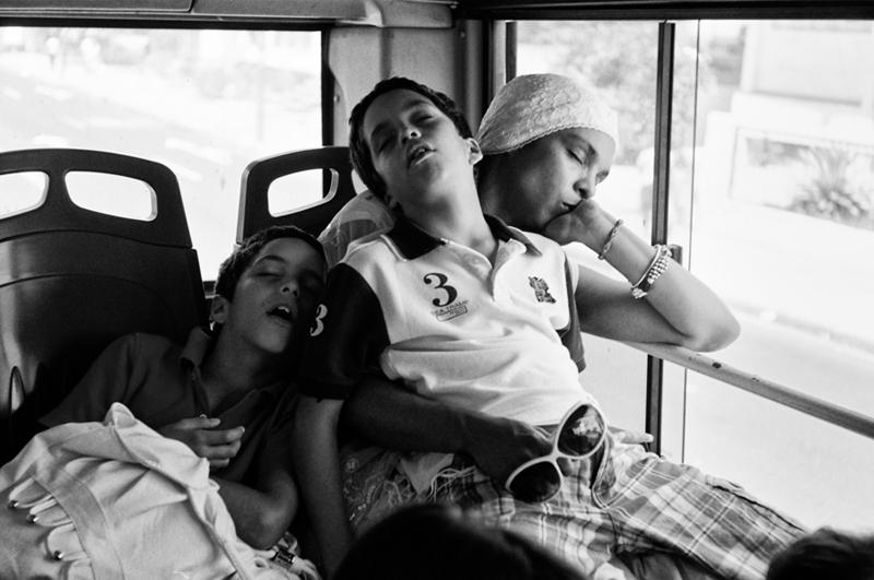 Una siesta en el bus.  Sergio Leyva