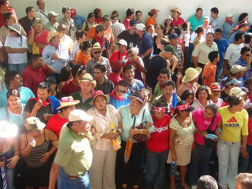 Hundreds of Hondurans gathered in front of Brazil's embassy in Tegucigalpa, photo:vredeseilanden