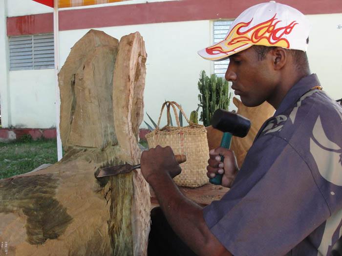 Artista trabajando.  Foto: Elio Delgado