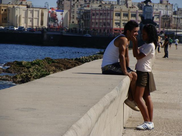 Jovenes en el malecon de La Habana.  Foto: Ana Maria Gonzalez