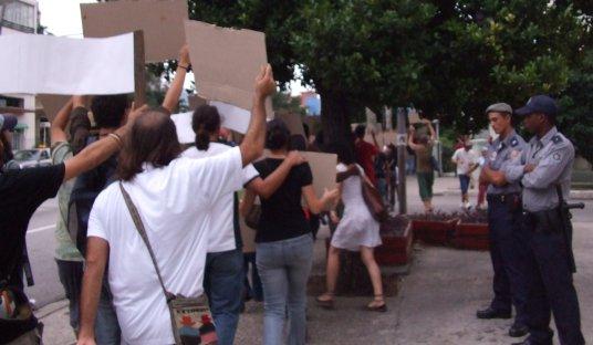 Policías que custodiaban a los marchantes.
