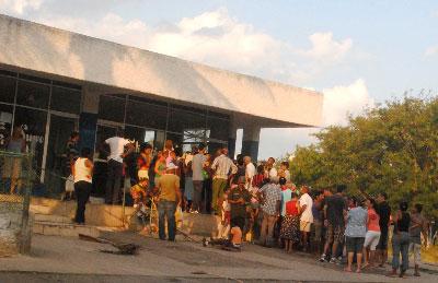Cola para comprar el cake del día de las madres. Panadería La Maravilla, zona 8 de Alamar.