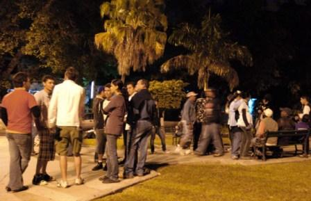 Jovenes en el parque de G y 23 en La Habana, punto de encuentro nocturno.