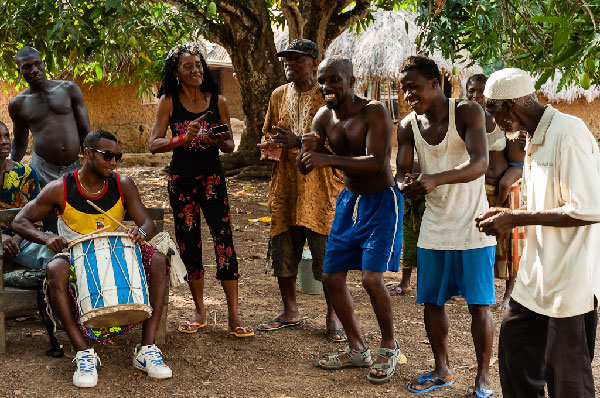 Playing rumba in Mokpangumba. From left to right: Yandrys, with the drum, Elvira, Cuco, Alfredo, a young person and Joe Ali. Sierra Leona, Abril 2013.