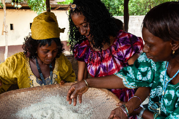 Elvira y Lucie (left) cooking together. Sierra Leona, Abril 2013.