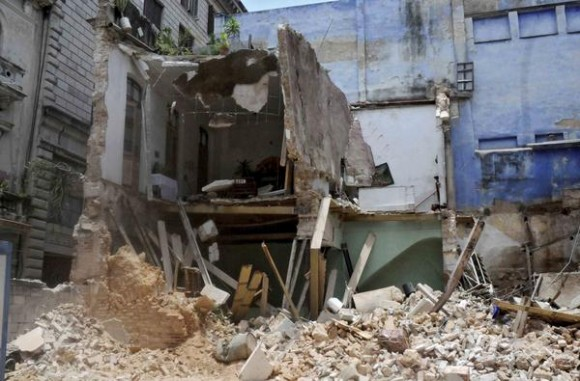 Another building collapses in Old Havana, killing four persons.  Photo: Oriol de la Cruz Atenccio/AIN