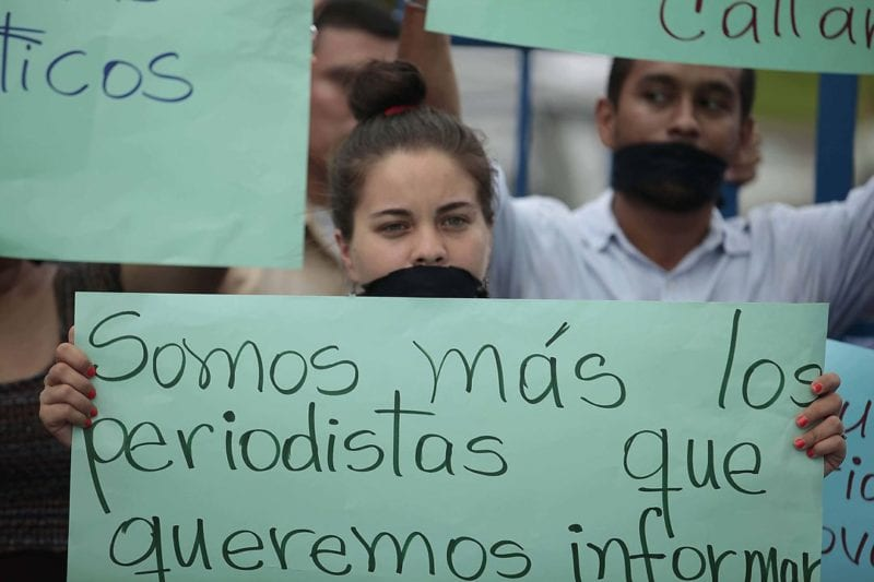 Journalists protest in front of the Supreme Court headquarters in Managua. Photo: Confidencial